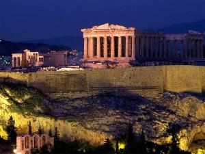 La Acrópolis de Atenas se alza sobre la ciudad.
