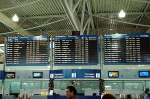 Panel de vuelos Aeropuerto Internacional de Atenas (Foto flickr de caribb)
