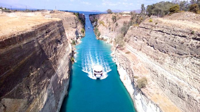 Barco atravesando el Canal de Corinto que permite cruzar el Peloponeso