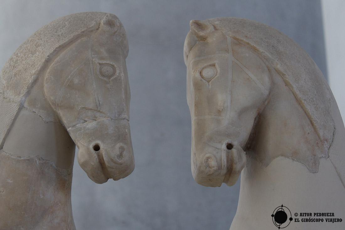 Caballos de mármol de la cuadriga de la época arcaica